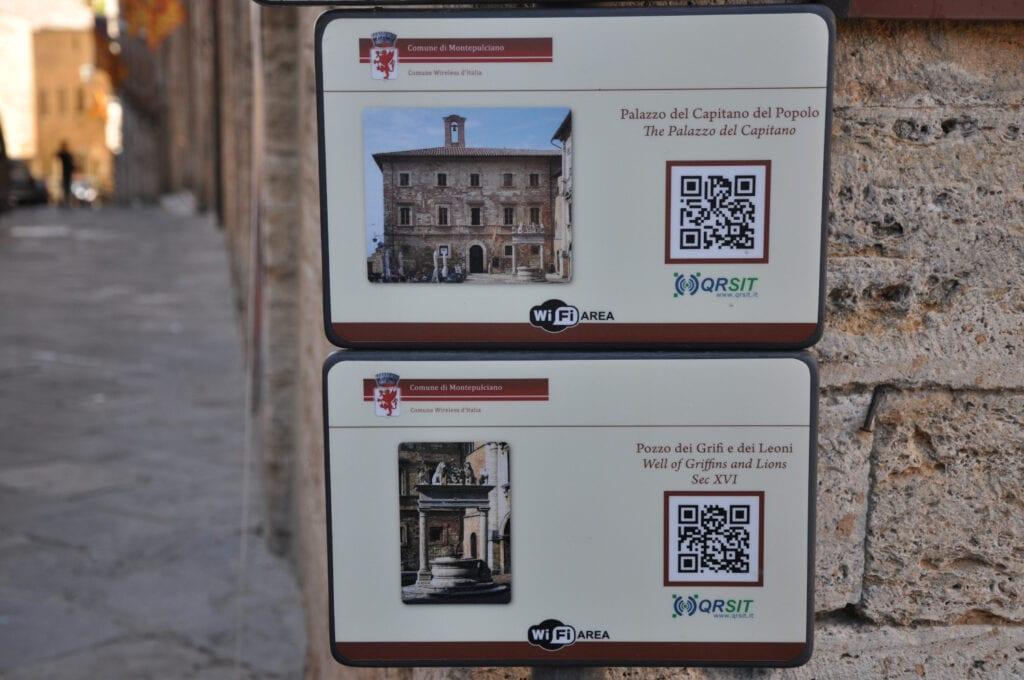 Información sobre monumentos mediante códigos QR, en el municipio italiano Montepulciano, Italia.